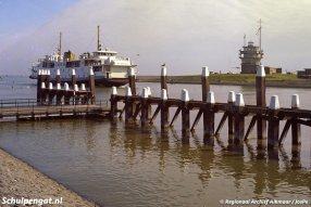 De TESO-veerboot Marsdiep vaart de veerhaven van Den Helder binnen. De foto is gemaakt in 1978 om er mogelijk een ansichtkaart van te maken.