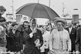 Het staatshoofd van Nederland brengt in 1969 een bezoek aan Texel, op de achtergrond zien we de veerboot Texelstroom