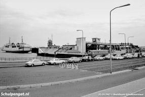 Auto's en motoren wachten tot de TESO-boot Texelstroom arriveert om hen naar het Waddeneiland Texel te brengen.
