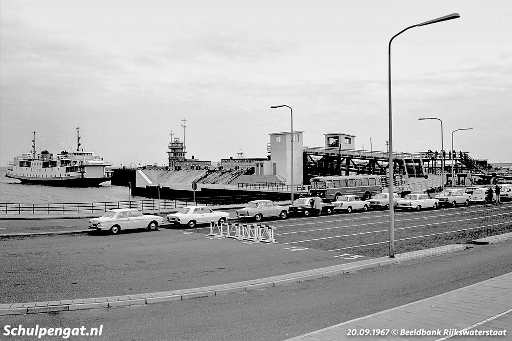 Auto's en motoren wachten tot de TESO-boot Texelstroom arriveert om hen naar het Waddeneiland Texel te brengen