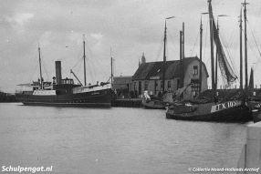 De Texelse vissersvloot en de eerste eigen stoomboot De Dageraad op de foto in de haven van Oudeschild op Texel.