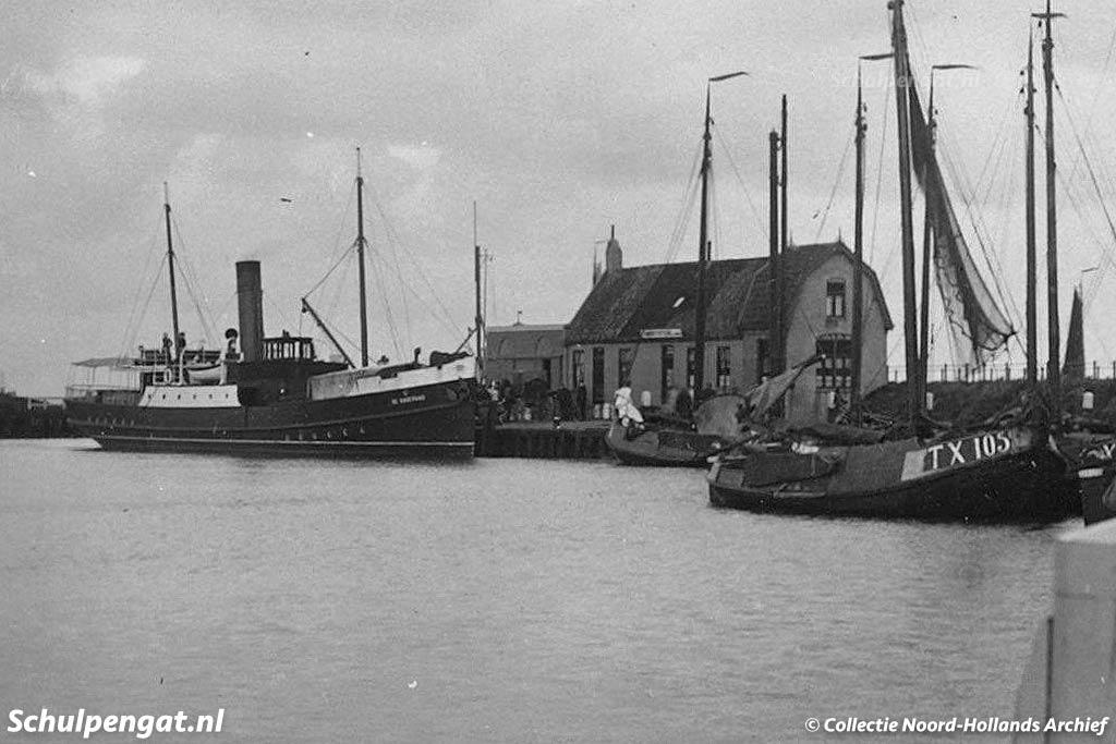 De Texelse veerboot De Dageraad in de haven van Oudeschild
