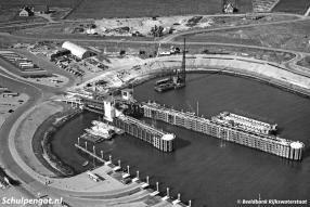 De fuik op Texel nadert haar voltooiing nu de elementen met het remmingswerk zijn gemonteerd. Op de voorgrond zien we de veerstoep voor zijladingsveerboten.