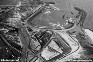 Begin 1962 zijn zandzuigers nog druk bezig om de veerhaven uit te baggeren.