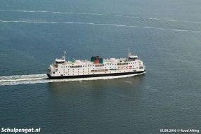 Een luchtfoto van de TESO-veerboot Schulpengat in augustus 2016. De Schulpengat werd in die zomer voor het laatst structureel ingezet, al moest het schip in 2017 meerdere weken invallen voor de Texelstroom.