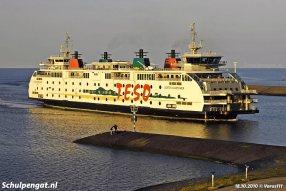 De TESO-veerboot Dokter Wagemaker komt in het laatste zonlicht van de dag aan in Den Helder
