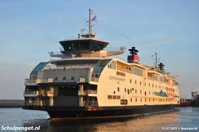 Alleen in de vroege ochtendzon kun je deze foto maken in de veerhaven van 't Horntje. We zien de Dokter Wagemaker op de eerste afvaart van de dag naar Den Helder.