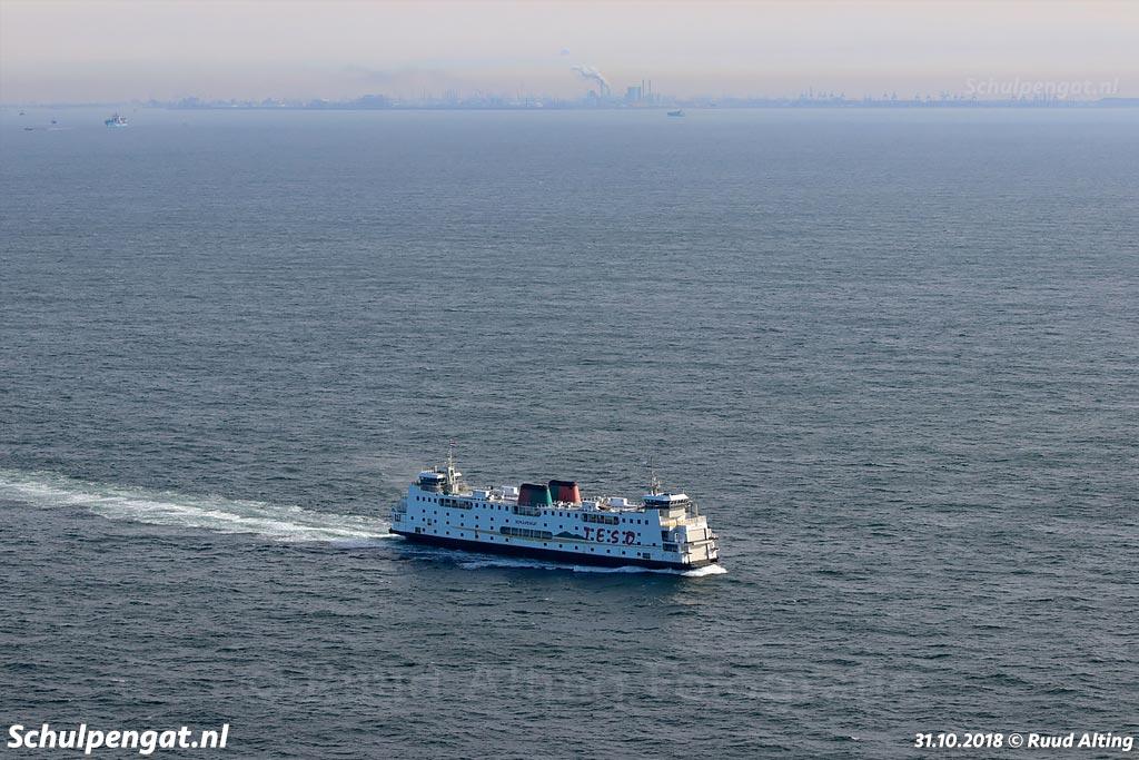 De Schulpengat vaart eenzaam op de Noordzee richting Zeeland, op de achtergrond zien we de Maasvlakte en de havens van Rotterdam.