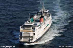 Tijdens de laatste vaart zet de Schulpengat er bij Rotterdam flink de vaart in, hier zien we de dubbeldeksveerboot bijna 14 knopen varen.