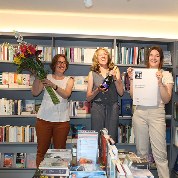Die Gewinnerbuchhandlung des Jahres, von links: Die Geschäftsführerinnen Ursina Boner und Ursula Huber sowie die Lernende Alina von Burg.   © Manuela Talenta