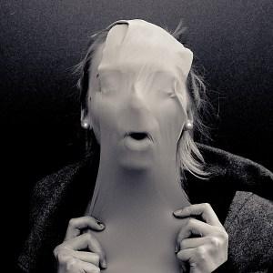 gummi maske portrait schwarzweiß