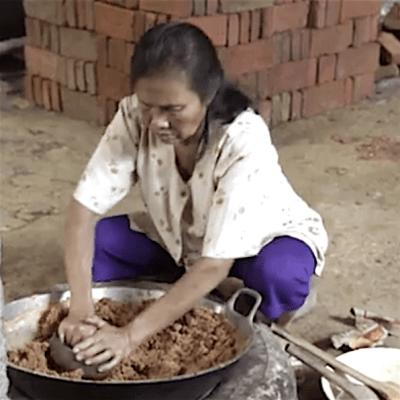Einkochen des Kokossaftes.