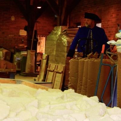 Das Salz wird dann auf die Trockenpfanne gebracht und noch einmal begutachtet.