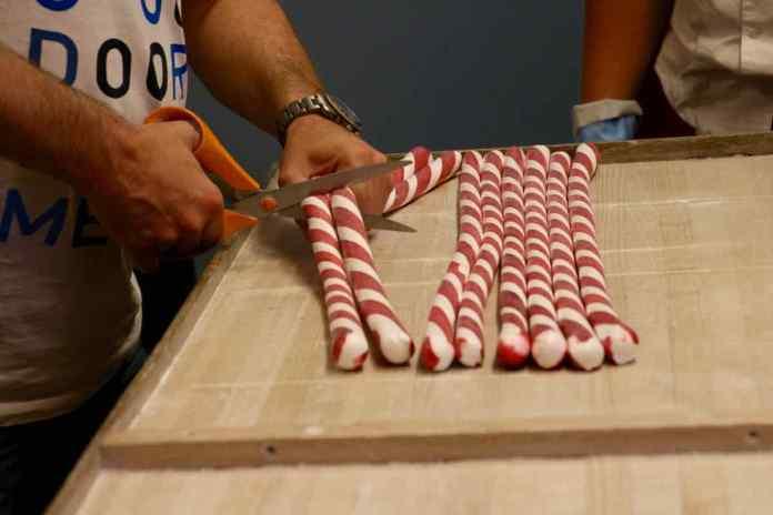 Die Herstellung von Polkagris erfordert viel Handarbeit. (Foto: Andrea Ullius)