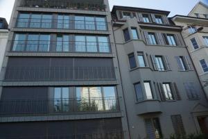 In den Fenstern des komplett sanierten Gebäudes am St. Alban Rheinweg in Basel spiegelt sich der neue Roche Turm. Bildquelle: Immo Vision Basel