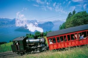 Historische Wagen der Rigi Bahnen hoch über dem Vierwaldstätter See. Bild: www.rigi.ch