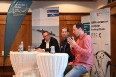 Gespräch zum Spitzensport mit Eskil Läubli, Sportmittelschule Engelberg, und Ex-Skirennfahrer Marc Gisin. Bild: Sandra Blaser, schweizeraktien.net