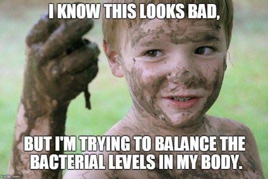 Criança, tocando, lama, meme