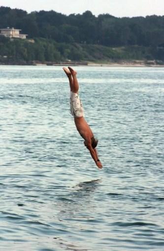Mergulhar na posição de cabeça-primeira água