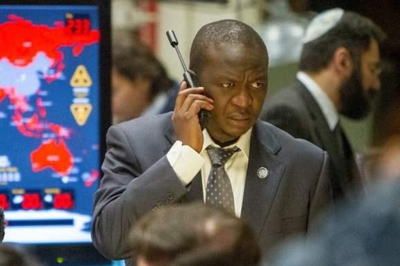 Fana Mokoena Usando o telefone via satélite no Movie World War Z