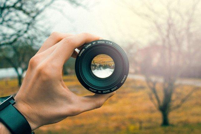 Imagem invertida de lente de câmera em vidro A imagem invertida de um telescópio de refração
