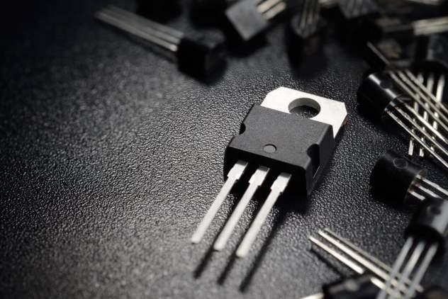Tiro macro de transistores de potência na superfície preta - Imagem (Andrei Kuzmik) S