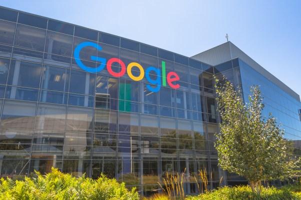 Mountain View, Califórnia, EUA - 15 de agosto de 2016 Sinal do Google em um dos edifícios do Google (Benny Marty) s