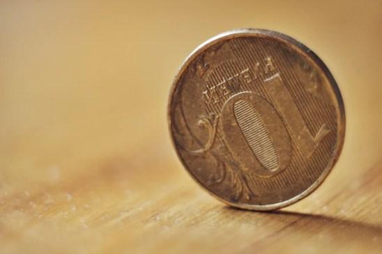 uma moeda de dez rublos fica na borda (Alexander Sobol) s