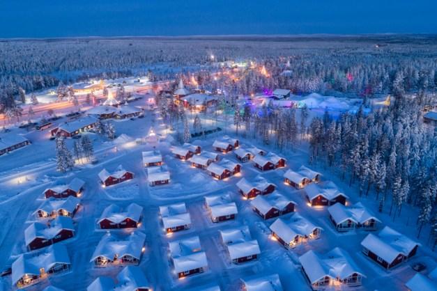Visão noturna aérea da vila de Papai Noel em Rovaniemi na Lapônia na Finlândia (Smelov) s