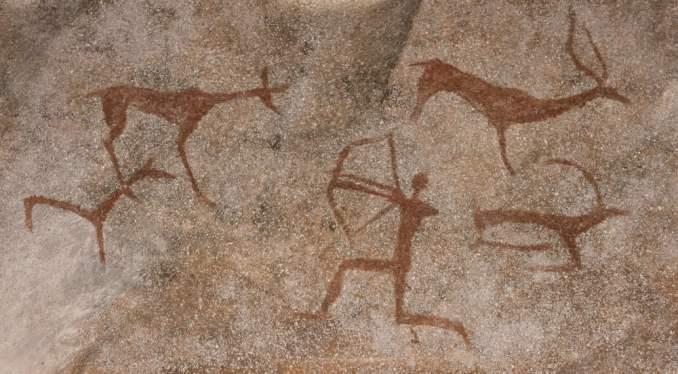 animais e caçador na parede de pedra da pintura da caverna (gerasimov_foto_174) S