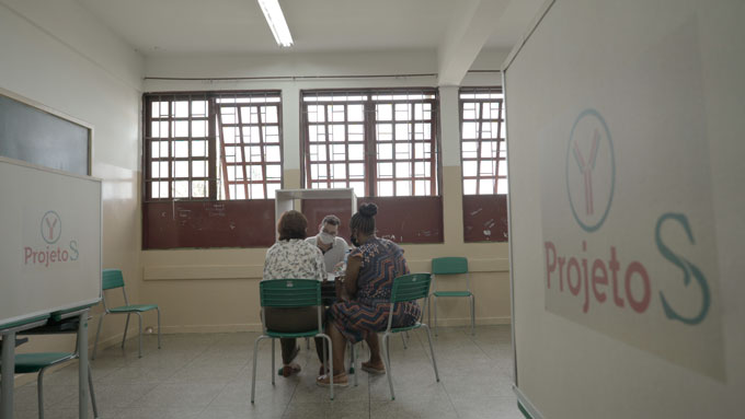 volunteer being screened for Projeto S