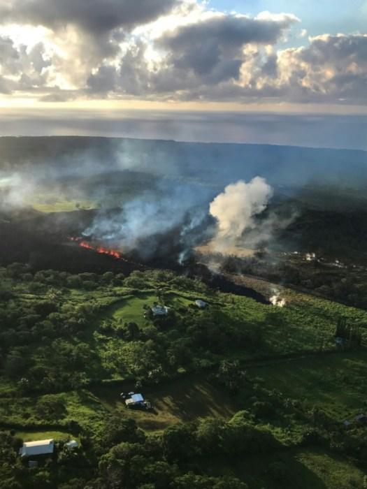 Coulée de lave et nuage de cendre volcanique, à Hawaï le 14 mai 2018 (US Geological Survey/AFP - HO)