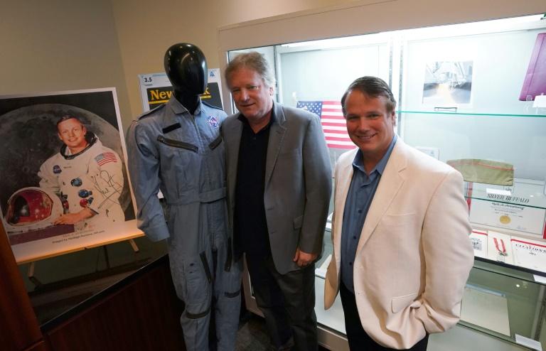 Rick (g) et Mark (d) Armstrong, les fils de Neil Armstrong, présentent, le 2 octobre 2018 à New York des objets ayant appartenu à leur père et qui seront mis aux enchères (AFP/Archives - Don EMMERT)
