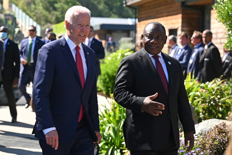 US President Joe Biden spoke with his South African counterpart Cyril Ramaphos during the G7 summit in Carbis Bay on June 12, 2021 (POOL / AFP - Leon Neal)