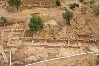 Een luchtfoto van het paleis en de boerderij die er later voor in de plaats kwam. Afbeelding: Hebreeuwse Universiteit / Israel Antiquities Authority.