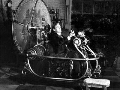 In films en boeken is tijdreizen soms de normaalste zaak van de wereld. Vaak komen er ingewikkelde machines aan te pas om de reis werkelijkheid te maken.