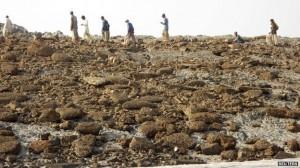 Pakistanen lopen op het nieuwe eiland. Er is echter weinig te beleven.