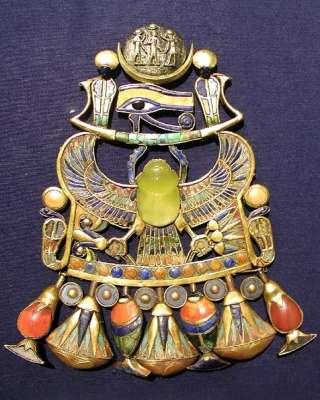 Ook de oude Egyptenaren zijn de sporen van de komeetinslag niet onopgemerkt gebleven. Een stukje ervan zit verwerkt in een broche van Toetanchamon. Via: de universiteit van Witwatersrand.