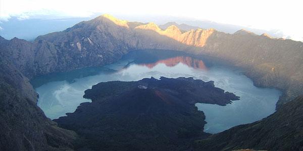 De krater die na de Samalas-uitbarsting achterbleef. Afbeelding: Massew64 (via Wikimedia Commons).