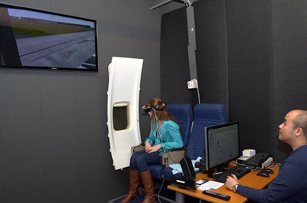 Hoewel de wereld niet echt is kreeg ik toch dezelfde gevoelens als tijdens een echte vlucht; nervositeit en spanning.  Het trillen van de vliegtuigstoel, de turbulentie en de geluiden droegen daar zeker aan bij. / Foto gemaakt door Evelien de Roode.