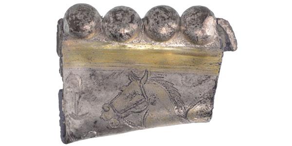Een fragment van een zilveren schaal. Afbeelding: Restaura.
