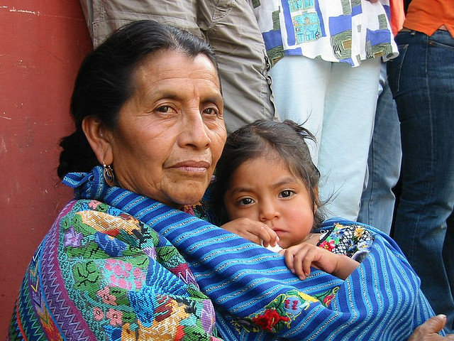 Grootmoeder en kleinkind. Afbeelding: Timo Luege (cc via Flickr.com)