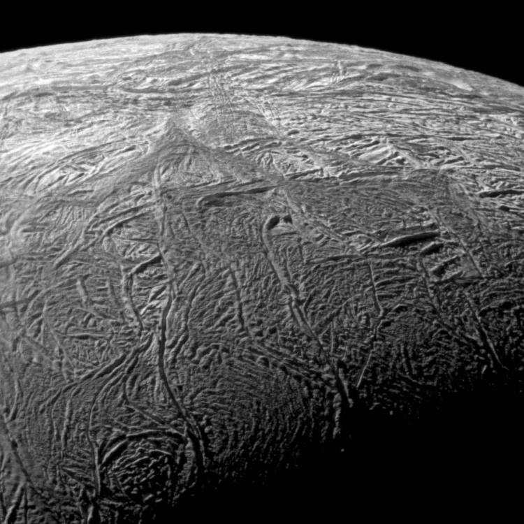 Enceladus in close-up. De scheuren zijn goed zichtbaar. Afbeelding: NASA / JPL / SSI.