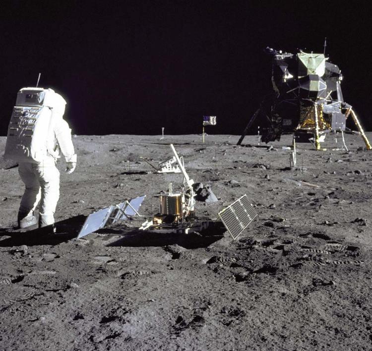 Aldrin tussen de verschillende instrumenten op de maan. Foto: NASA.