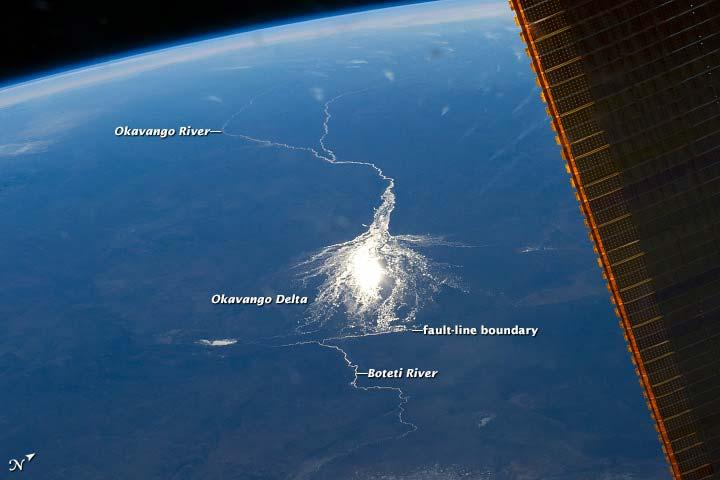 Helemaal rechts zie je zonnepanelen van het ISS. Afbeelding: NASA.