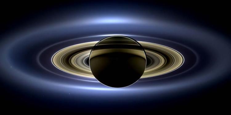 Vorig jaar juli maakte Cassini deze foto van Saturnus, zijn ringen en zeven manen. Maar dat is niet alles. Op de achtergrond schittert zelfs de aarde en onze maan (klik voor een vergroting). Afbeelding: NASA / JPL-Caltech / SSI.