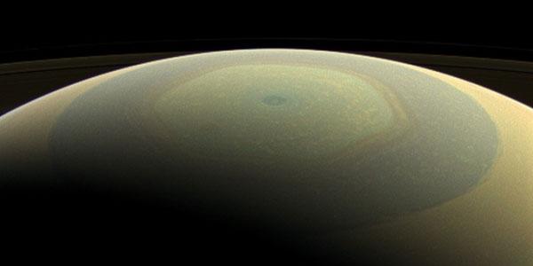 Op deze foto kijkt de Cassini-ruimtesonde naar de noordpool van Saturnus. De centrale vortex is zichtbaar, net als de mysterieuze zeshoek. De breedte van deze atmosferische straalstroom is ongeveer twee keer de diameter van de aarde.