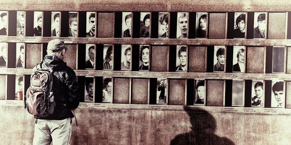 De slachtoffers van de Berlijnse Muur. Foto gemaakt door Armando G Alonso via Flickr.