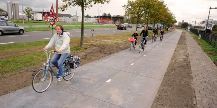 Het fietspad is sinds 21 oktober toegankelijk, maar wordt komende woensdag officieel geopend door minister Henk Kamp. Afbeelding: SolaRoad.nl.