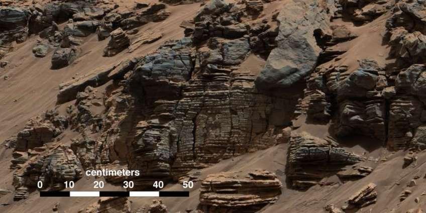 Curiosity ziet verschillende gesteentelagen opdoemen die hoogstwaarschijnlijk veroorzaakt zijn door afzettingen van een meer. Afbeelding: NASA / JPL-Caltech / MSSS.